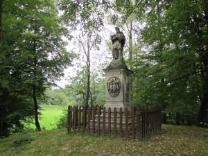 W pobliżu dawnej fosy, u południowych podnóży wzgórza zamkowego (w zasadzie pagórka raczej...), wśród drzew stoi ufundowana przez hr. Macieja Lanckorońskiego i jego żony Anny z ks. Jabłonowskich - figura św. Jana Nepomucena, datująca się na rok 1775.